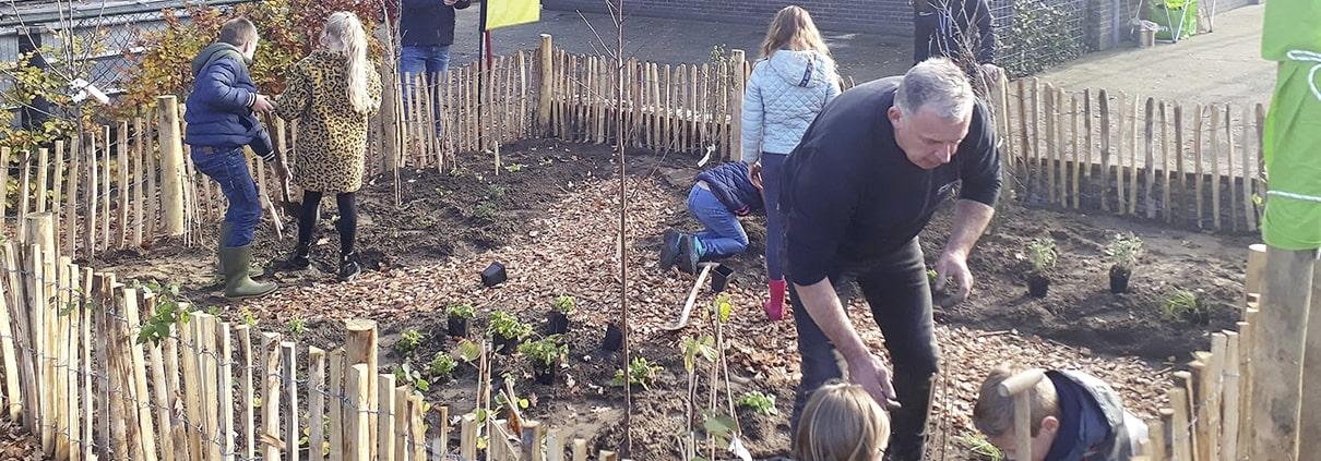 Leerlingen planten voedselbosje in De Valk